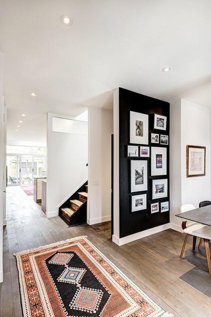 Fotowand-schwarz-als-akzent-vinylboden-und-teppich-im-flur