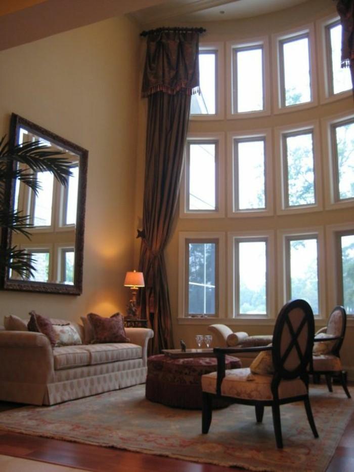 enger Flur mit Boden und Wände aus Holz und indirekte Beleuchtung