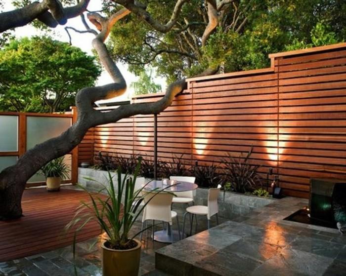 Gartengestaltung-Sichtschutz-holz-hinterbeleuchtung-sitzgruppe-bodenfliesen