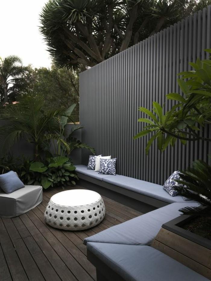 Gartengestaltung-Sichtschutz-modern-sitzbänke-gepolster
