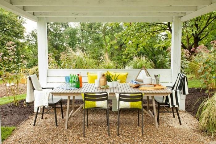 Gartenparty Deko-Terrassengestaltung-Sitzecke-Deko-Kissen-verschönern-Ideen