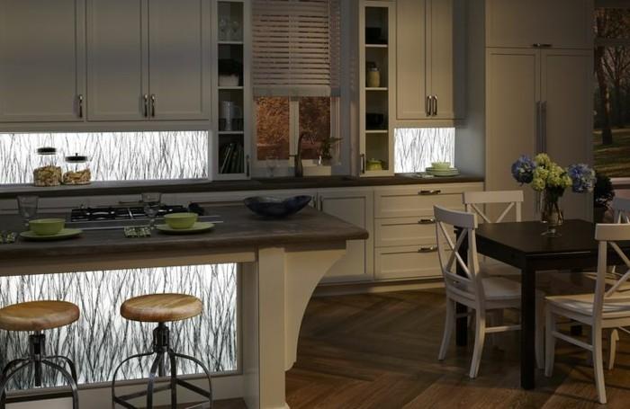 Gestalltungsideen-für-Moderne-Küche-Glasrückwand-Licht