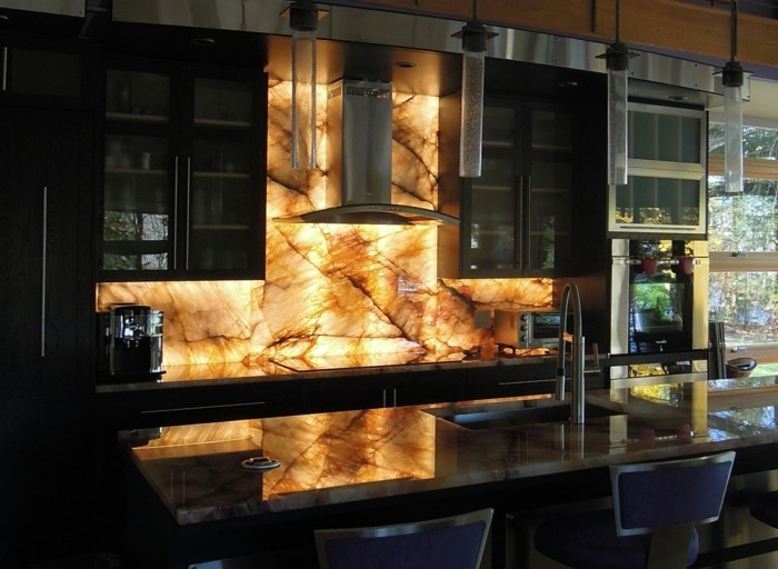 Gestalltungsideen-für-Moderne-Küche-Glasrückwand-Licht1