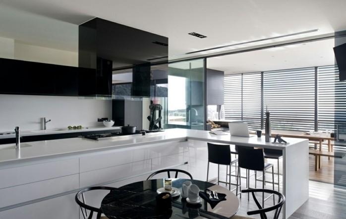 Gestalltungsideen-für-Moderne-Küche-Glasrückwand-Schwarz