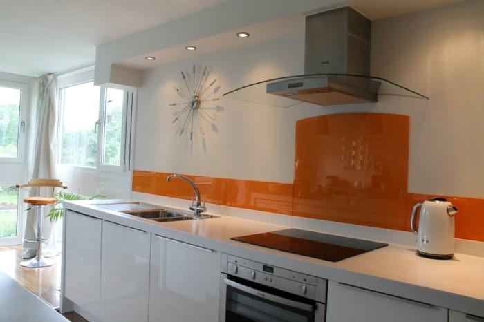 Gestalltungsideen für moderne küche glasrückwand orange weiß uhr