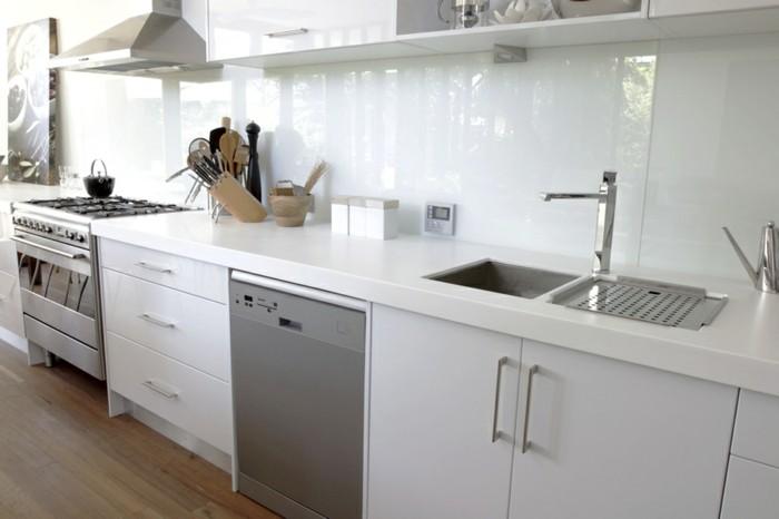 Gestalltungsideen-für-Moderne-Küche-Glasrückwand-weiß