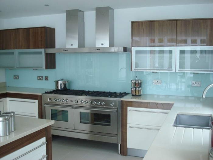 Gestalltungsideen-für-Moderne-Küche-Glasrückwand-weiß-blau