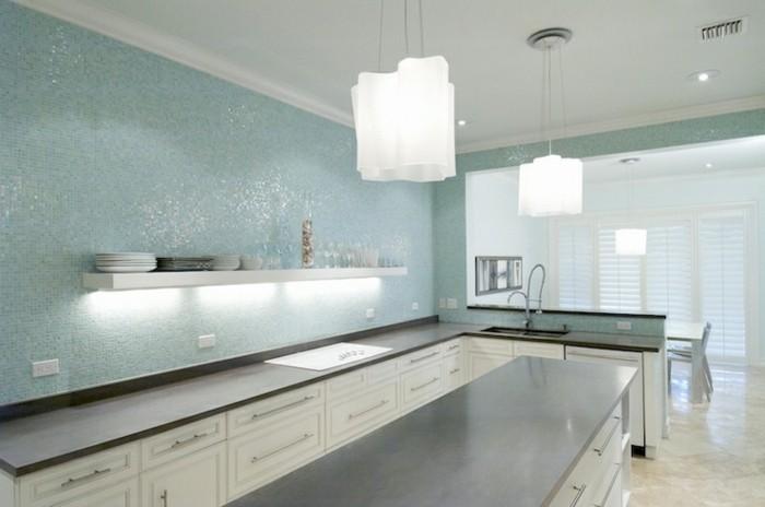 Gestalltungsideen-für-Moderne-Küche-Glasrückwand-weiß-blau1