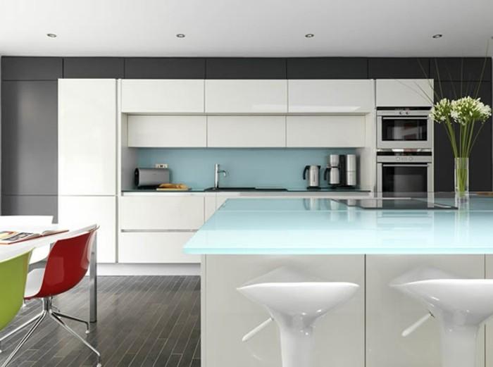 Gestalltungsideen-für-Moderne-Küche-Glasrückwand-weiß-blau2