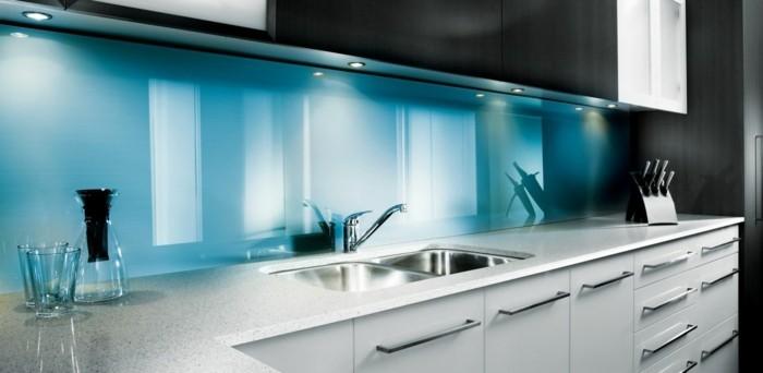 Gestalltungsideen-für-Moderne-Küche-Glasrückwand-weiß-blau3