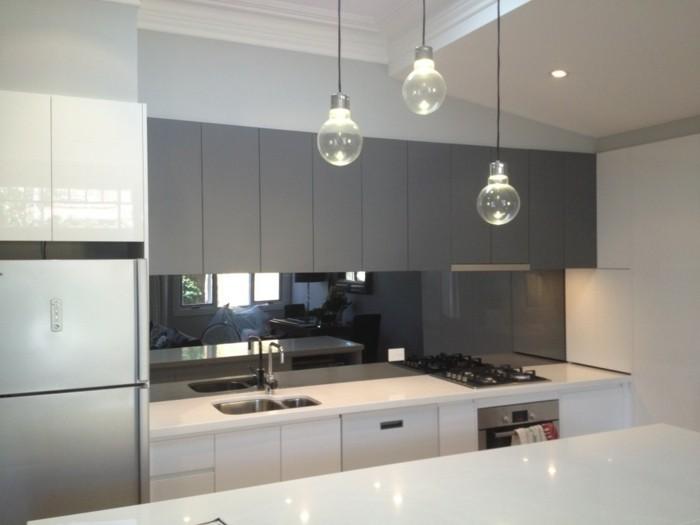 Gestalltungsideen-für-Moderne-Küche-Glasrückwand-weiß11