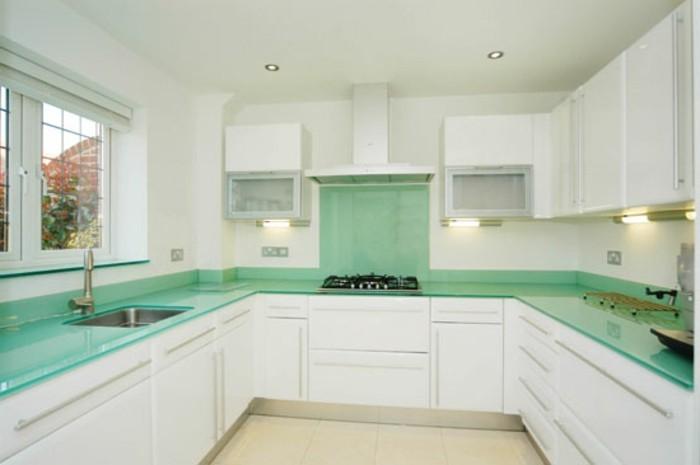 Gestalltungsideen-für-Moderne-Küche-Glasrückwand-weiß7