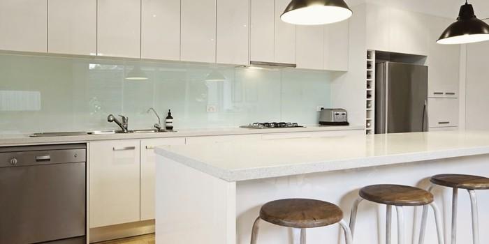 ... für moderne Küche Glasrückwand weiß Glas Minimalismus