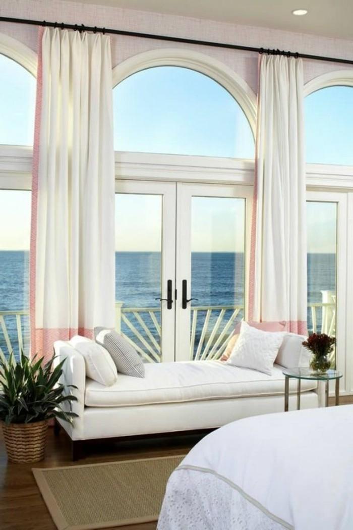 Große-Fenster-dekorieren-ein-Haus-am-Strand