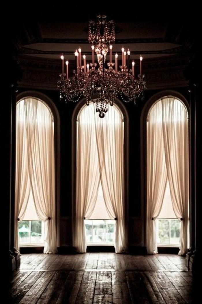 Große-Fenster-dekorieren-ein-rotes-Licht