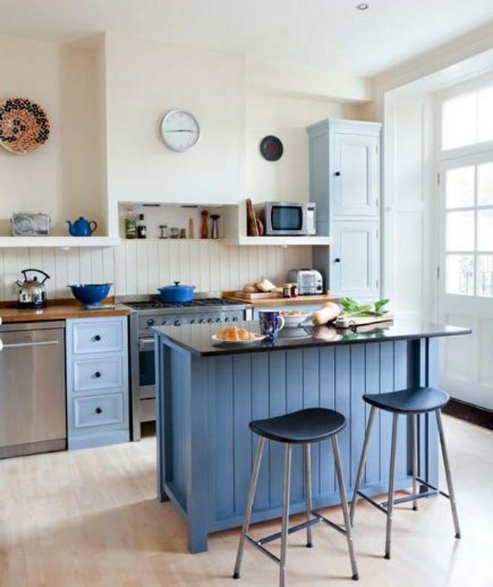 Herrliche-Kuechendeko-Ideen-mit-einem-blauen-Tisch-in-der-Mitte