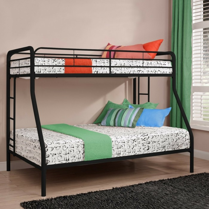 Hochbett-für-Jugendliche-mit-bunten-Kissen