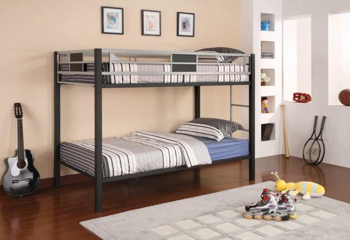 Hochbett-für-Jugendliche-mit-grauer-Bettdecke
