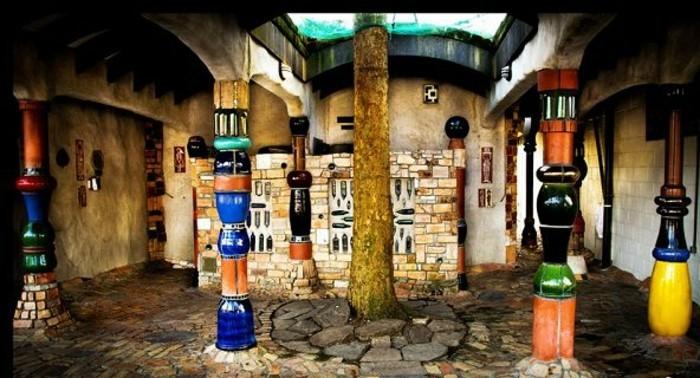 Hundertwasser-Insel-Kawakawa-Toilette-Säulen
