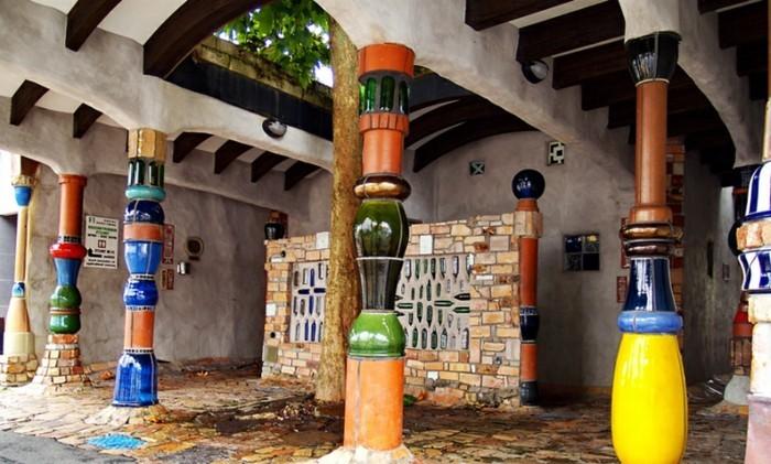 Hundertwasser-Insel-Kawakawa-Toilette-Säulen1