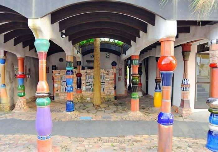Hundertwasser-Insel-Kawakawa-Toilette-Säulen2