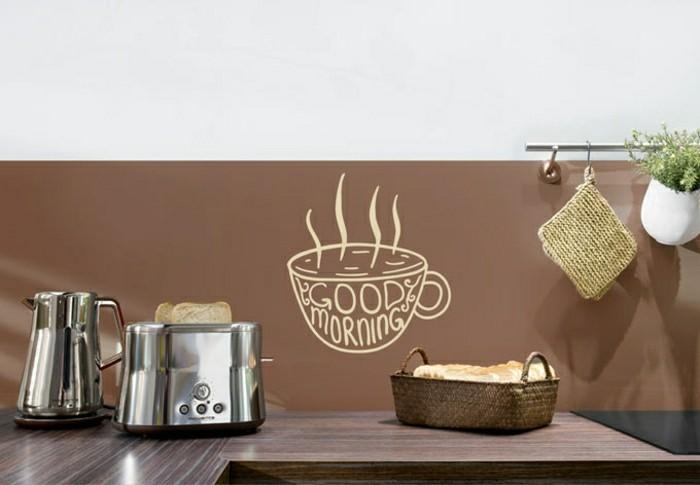Interessante-Kuechendeko-Ideen-mit-Aufklaeber-an-der-Wand
