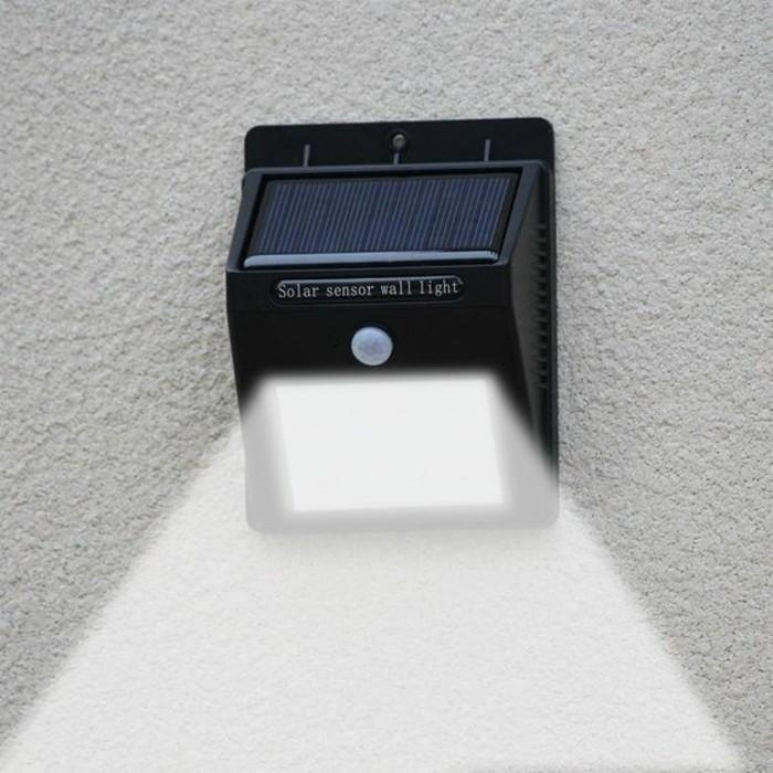 Lampe-mit-Bewegungsmelder-in-blauer-Farbe-von-nah