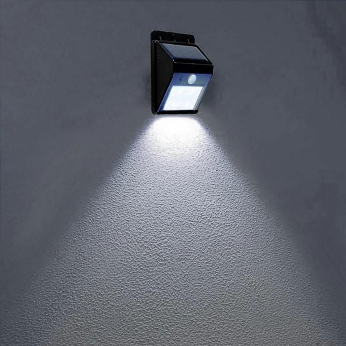 Lampe-mit-Bewegungsmelder-in-blauer-Farbe