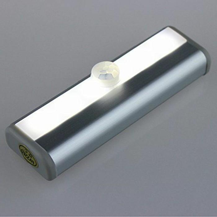 Lampe-mit-Bewegungsmelder-mit-längerischer-Form