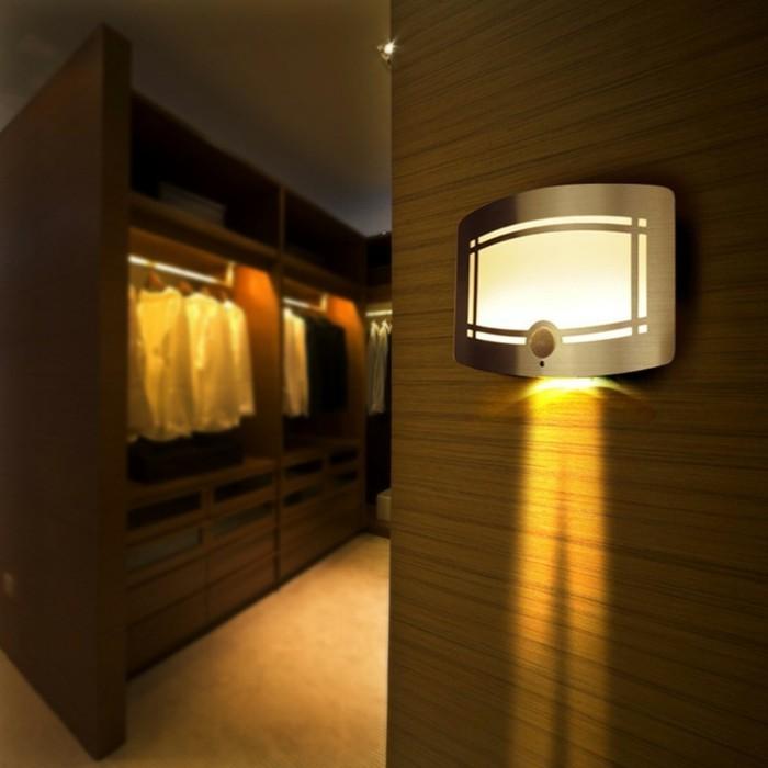 Lampe-mit-Bewegungsmelder-sehr-kompakt