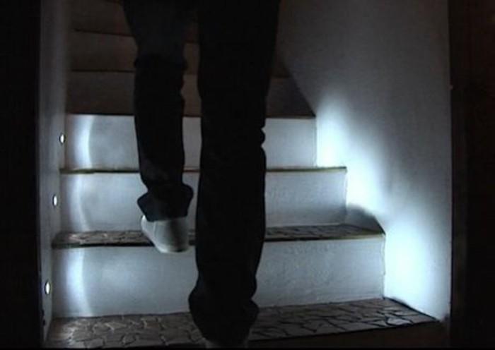 Led-Lampe-mit-Bewegungsmelder-für-die-Treppe-in-der-Nacht