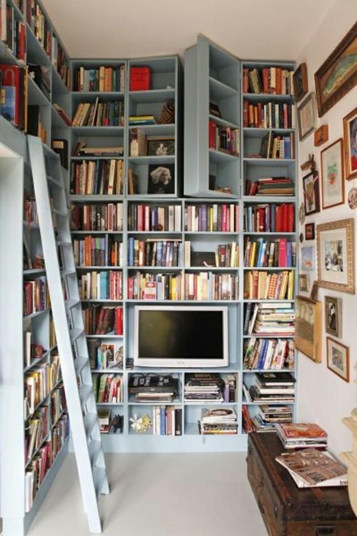 Leiter-für-Bücherregal-in-blauer-Farbe