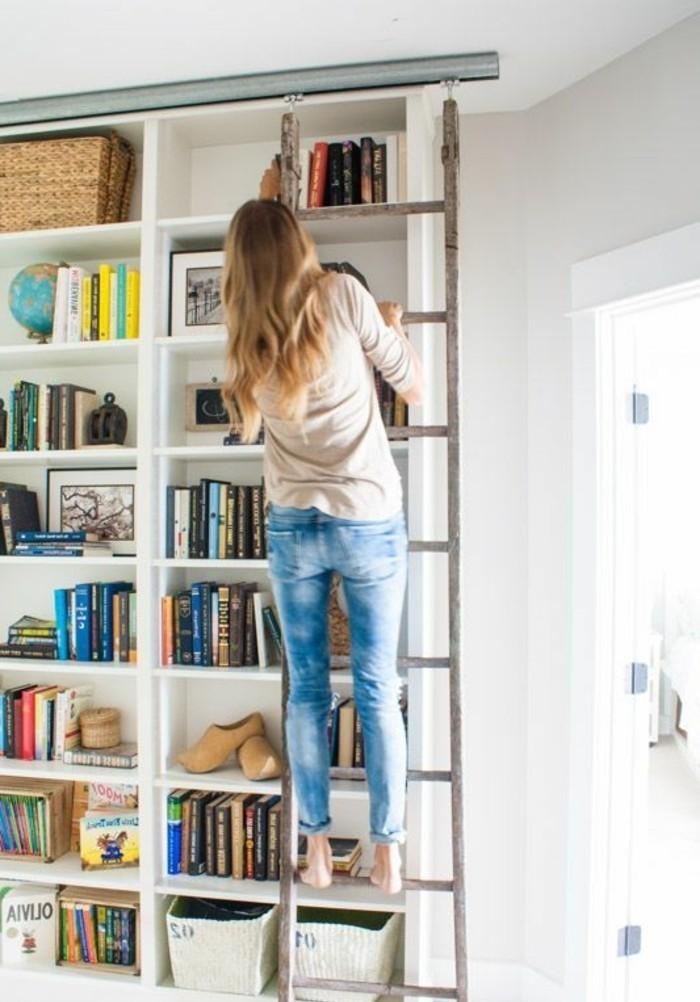 Leiter-für-Bücherregal-sehr-handlich