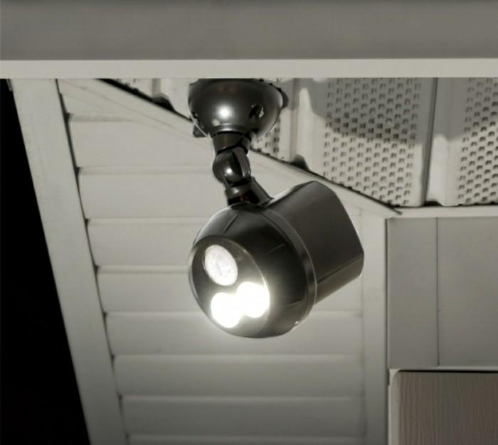 Leuchte-mit-Bewegungsmelder-im-Keller