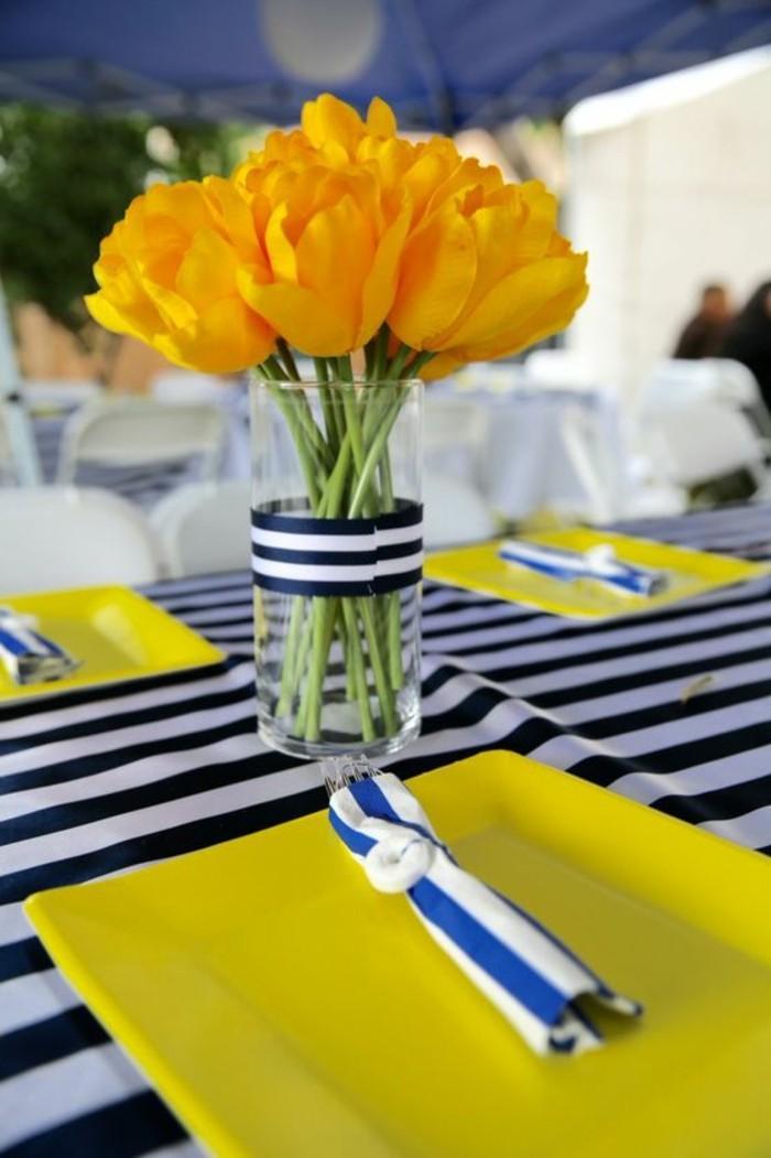 Maritime-Tischdeko-mit-blauen-und-weißen-Reihen