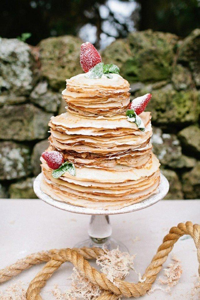 Mehrstöckige-torte-tortenständer-mit-erdbeeren-dekorieren