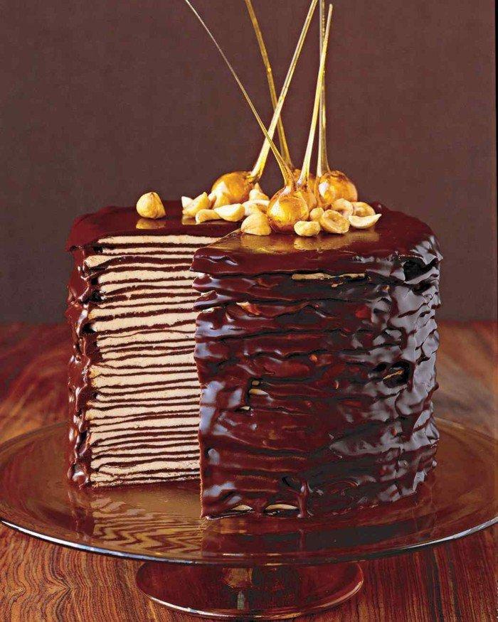 Pfannkuchen-schoko-torte-auf-tortenständer-aus-glas