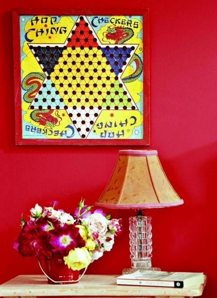 Retro Deko   Rote Wand, Blumen Und Eine Lampe