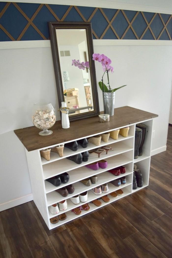 Schuhschrank-Holz-mit-Spiegel-darauf