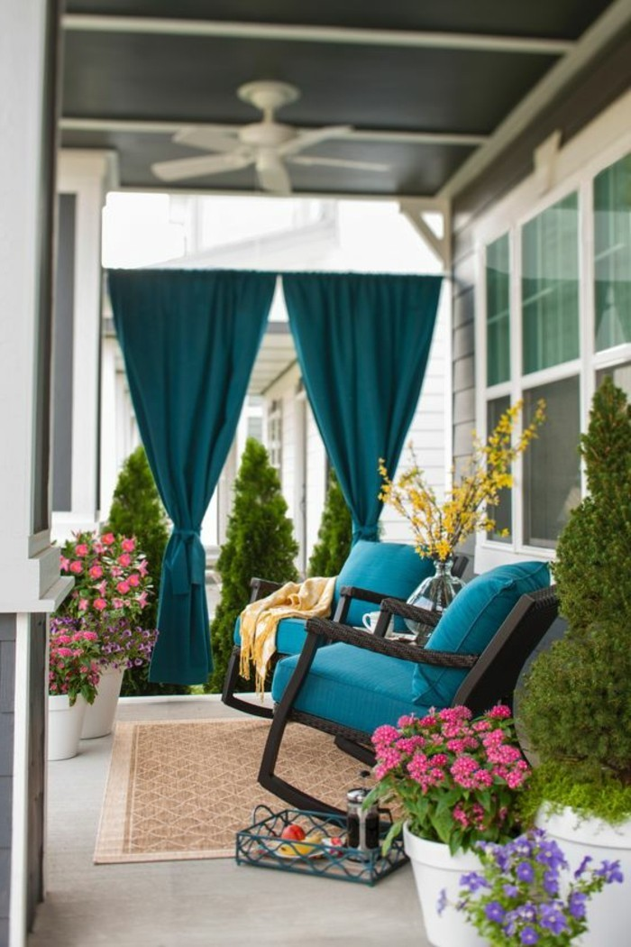 Sichtschutz-für-Terrasse-mit-blauen-Vorhängen