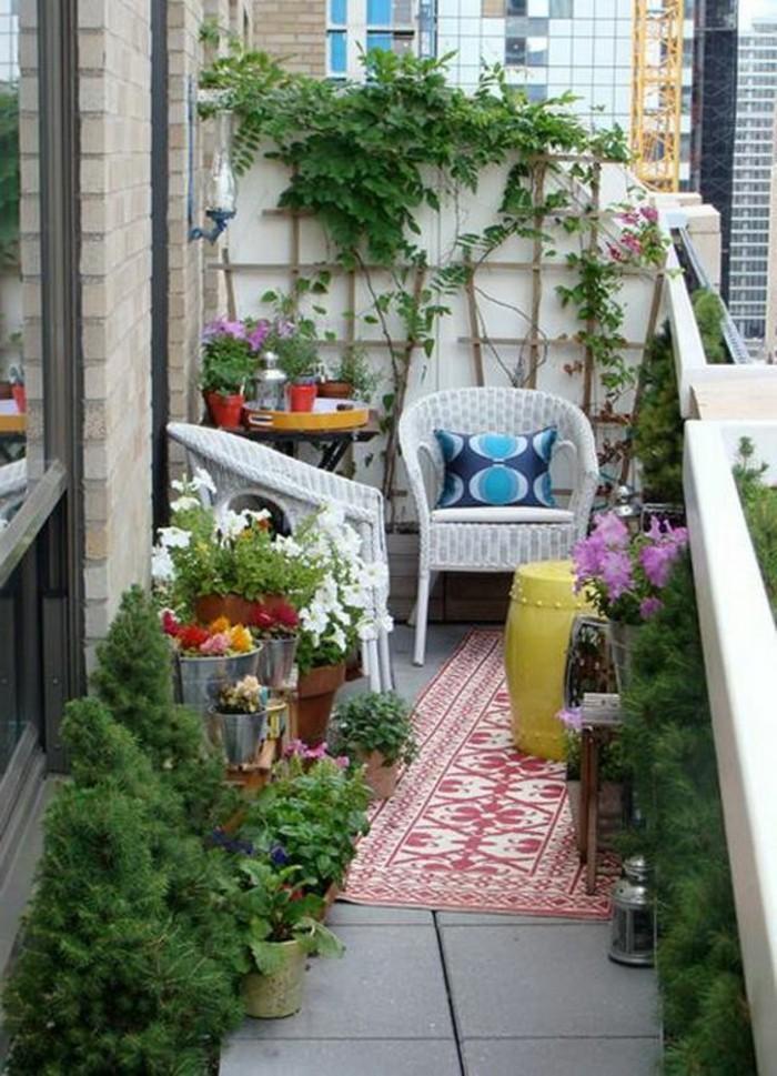 Sichtschutzwand-Terrasse-mit-einer-Dekoration