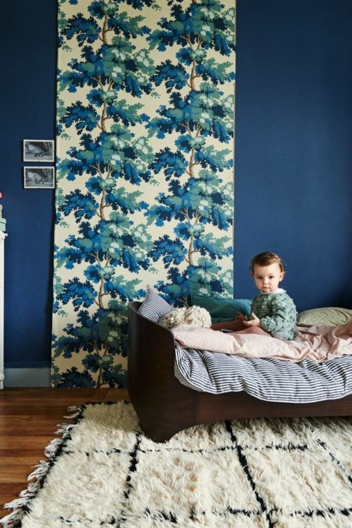 Tapeten-für-Kinderzimmer-mit-blauen-Bäumen