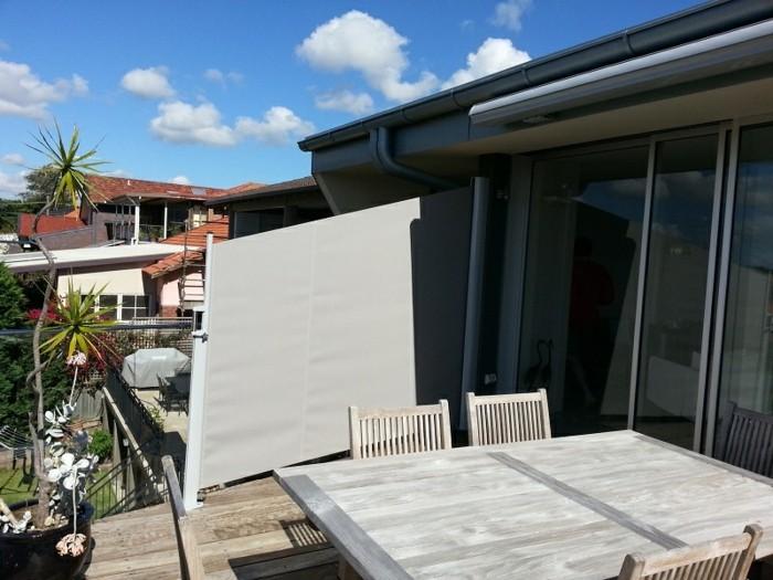 Terrasse-Sichtschutz-in-beiger-Farbe