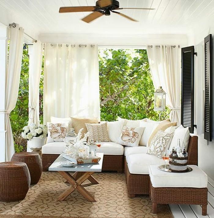 Terrasse-mit-Sichtschutz -mit-weißen-Gardinen