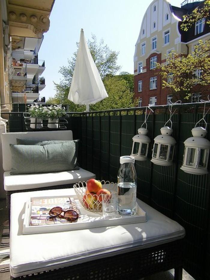 Terrassen-Sichtschutz-aus-Holz-mit-Lampen