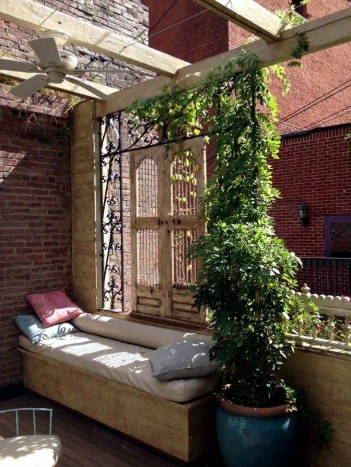 Terrassen-Sichtschutz-aus-Holz-und-hängenden-Pflanzen
