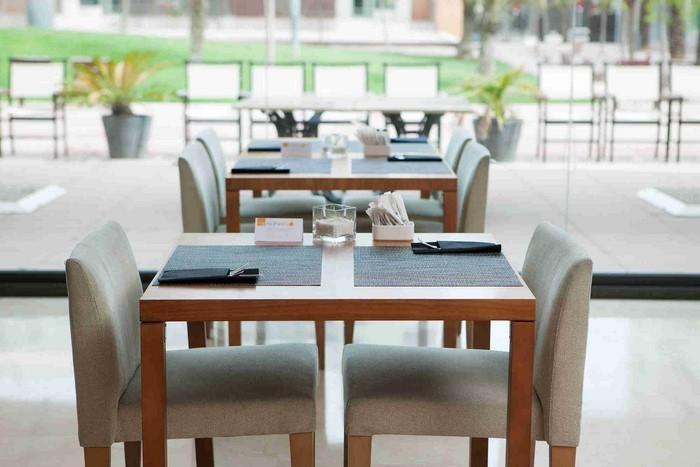 Tischdeko-aus-Glas-Eine-moderne-Entscheidung