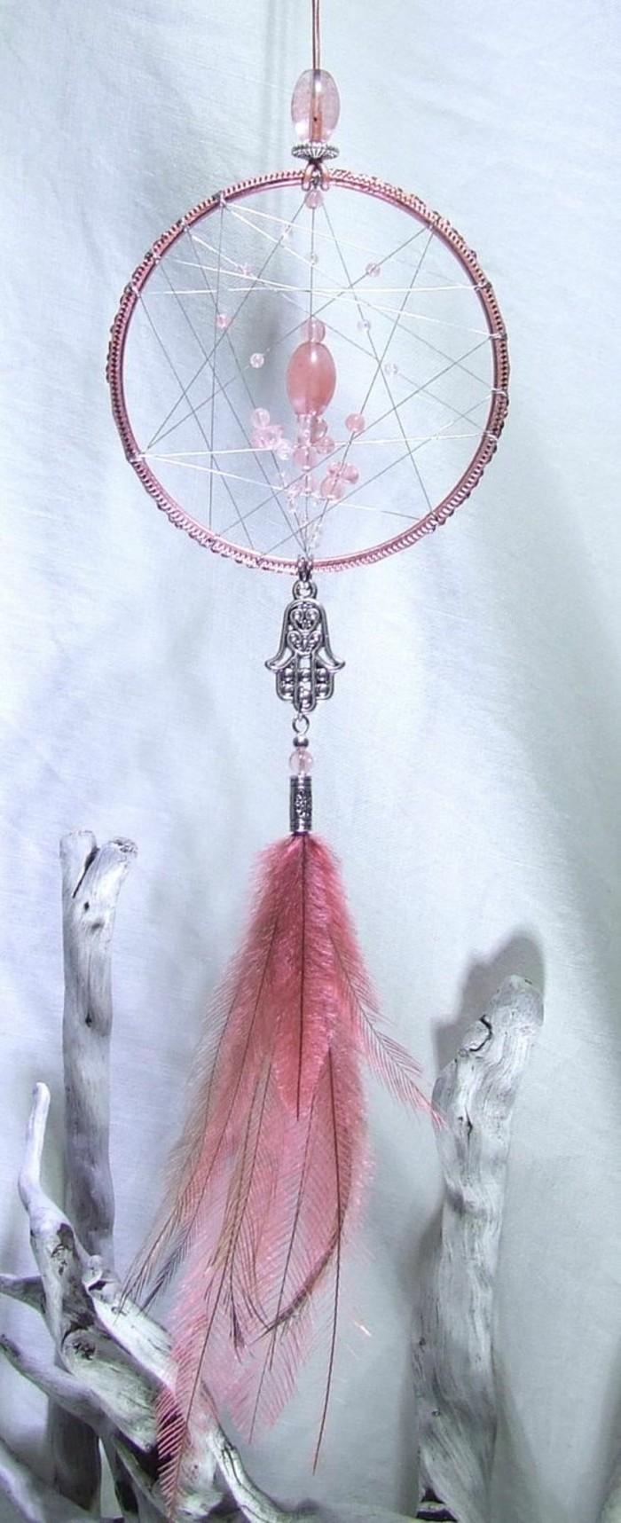 Traumfänger-selber-basteln-mit-einem-rosa-Feder