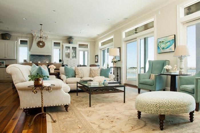 Wohnzimmer-gestalten-blaue-und-weisse-Couchen