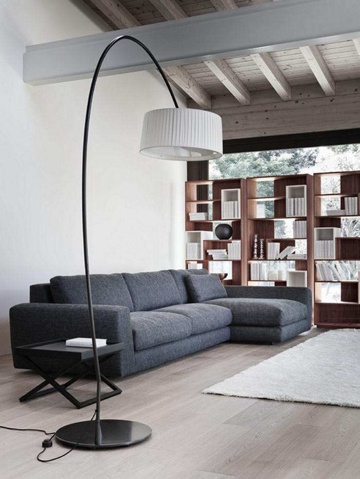 Wohnzimmer-gestalten-mit-einer-schwarzen-Sofa-und-einer-weissen-Lampe